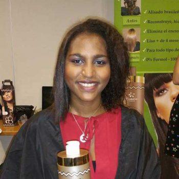 Joven con tratamiento de alisado de Nanoplastia W-One en media melena afro
